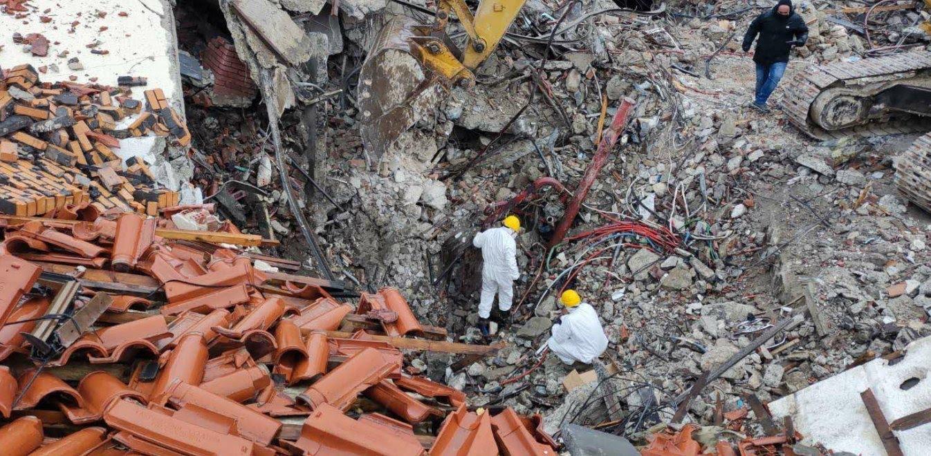 Έρευνες στο σημείο όπου κατέρρευσε το ξενοδοχείο Tsamis